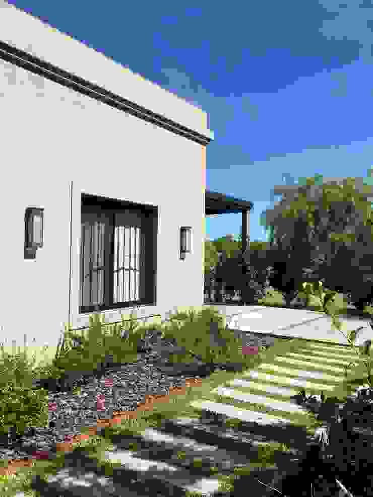 Casa clásica frente de Estudio Dillon Terzaghi Arquitectura - Pilar Clásico Derivados de madera Transparente