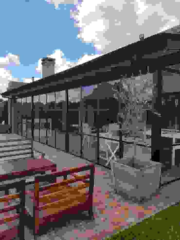 Galeria con cerramiento Jardines de invierno de estilo clásico de Estudio Dillon Terzaghi Arquitectura - Pilar Clásico Hierro/Acero