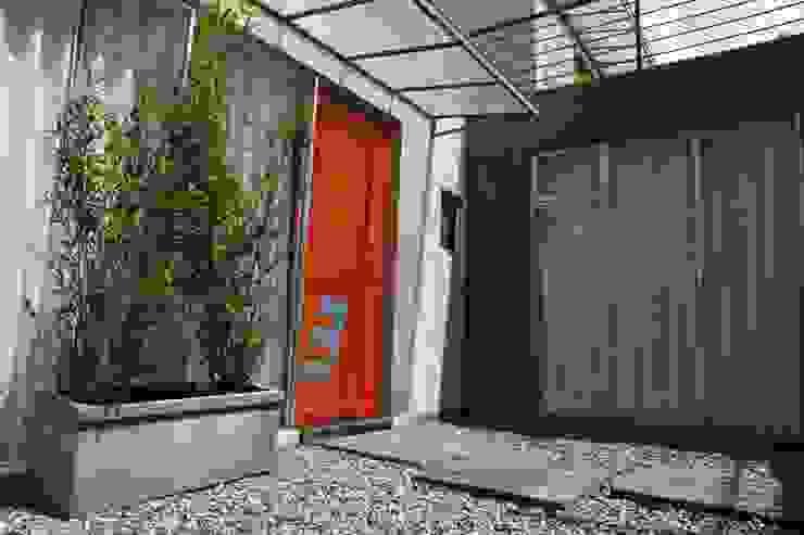 Acceso Aparta Estudio 3: Puertas de estilo  por RIVAL Arquitectos  S.A.S.