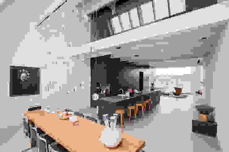luxe maisonette in de Pijp - Bas Vogelpoel Architecten Amsterdam Moderne eetkamers van Bas Vogelpoel Architecten Modern Massief hout Bont