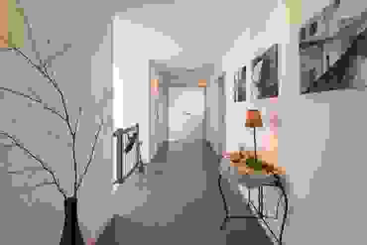 ARBEITEN & WOHNEN Moderner Flur, Diele & Treppenhaus von FingerHaus GmbH - Bauunternehmen in Frankenberg (Eder) Modern