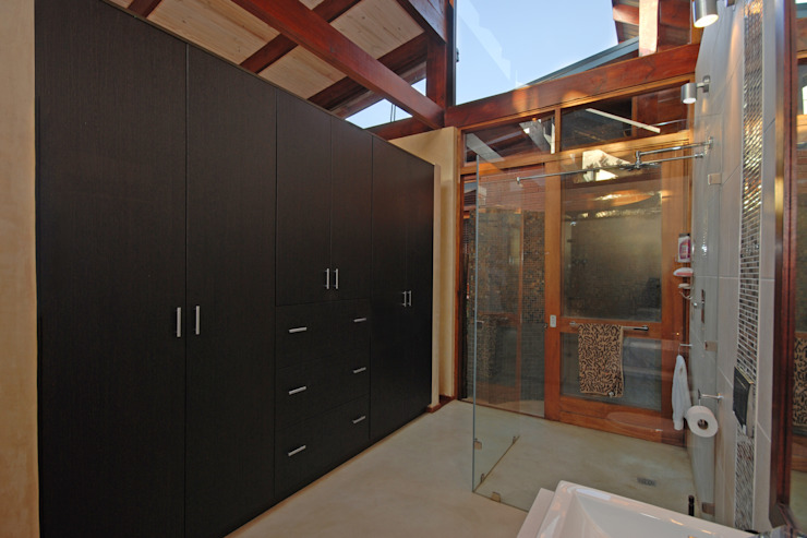 Guest Dressing and Bathroom:  Dressing room by Hugo Hamity Architects ,