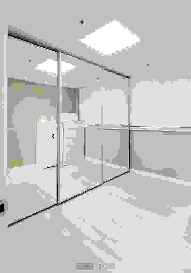 지승아이디 Closets de estilo minimalista