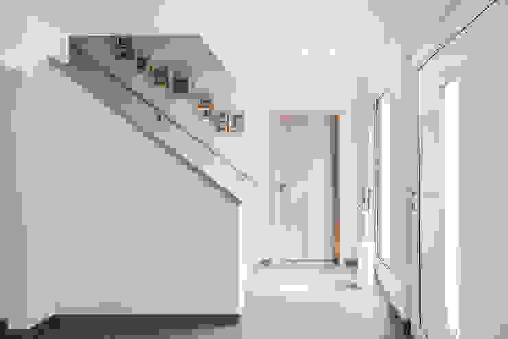 NEO 311 - Ein Zuhause wie eine Insel:  Flur & Diele von FingerHaus GmbH - Bauunternehmen in Frankenberg (Eder),