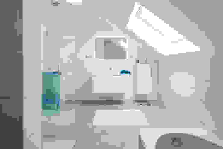 NEO 311 - Ein Zuhause wie eine Insel:  Badezimmer von FingerHaus GmbH - Bauunternehmen in Frankenberg (Eder),