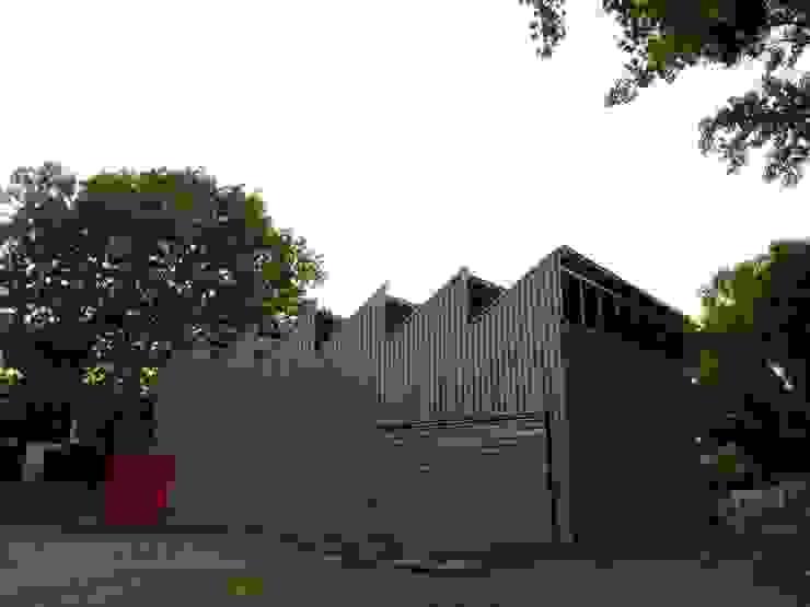 Edificio: Taller de experimentacion de materiales. Bodegas de estilo industrial de Viga Arqutiectos Industrial Hierro/Acero