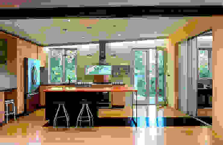 Foto Box House Modern Kitchen by KUBE architecture Modern