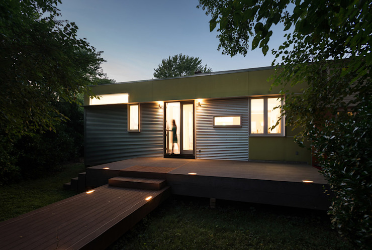 Foto Box House Modern Terrace by KUBE architecture Modern