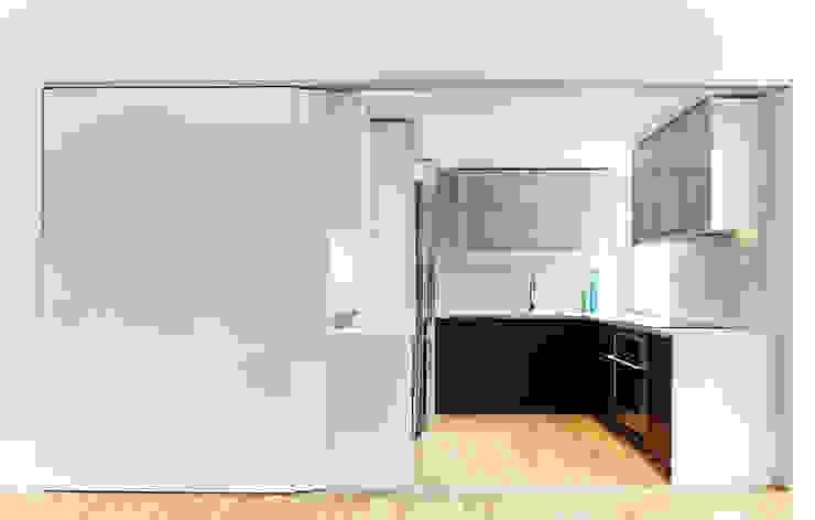 Sky Loft Modern Kitchen by KUBE architecture Modern
