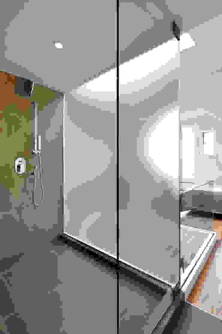 Sky Loft Modern Bathroom by KUBE architecture Modern