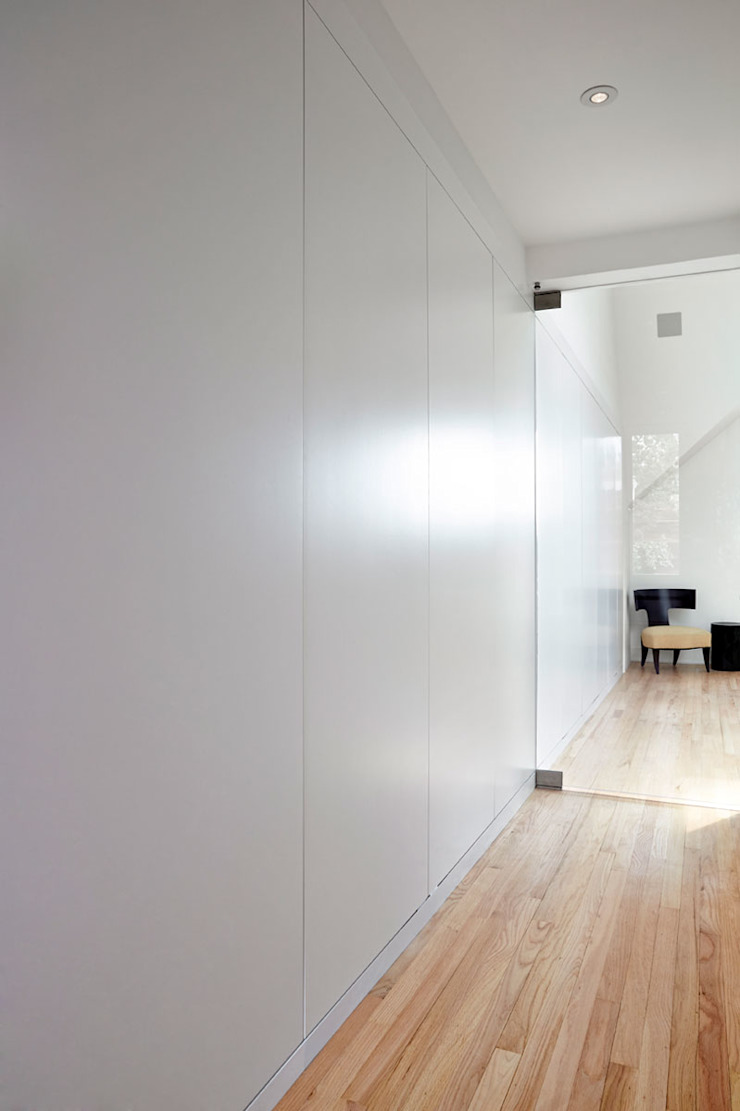 Sky Loft Modern Corridor, Hallway and Staircase by KUBE architecture Modern