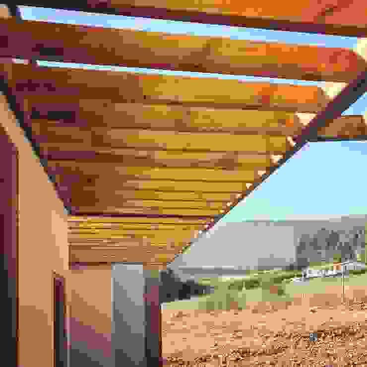 Cubierta en voladizo en madera, Vivienda Lt37 Premium 125m2 Fundo Loreto. de Territorio Arquitectura y Construccion - La Serena Moderno Madera maciza Multicolor