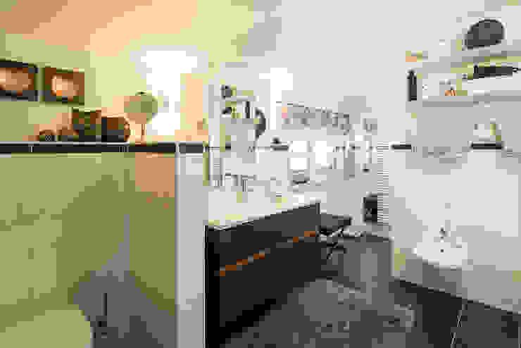 Ванные комнаты в . Автор – FingerHaus GmbH - Bauunternehmen in Frankenberg (Eder)