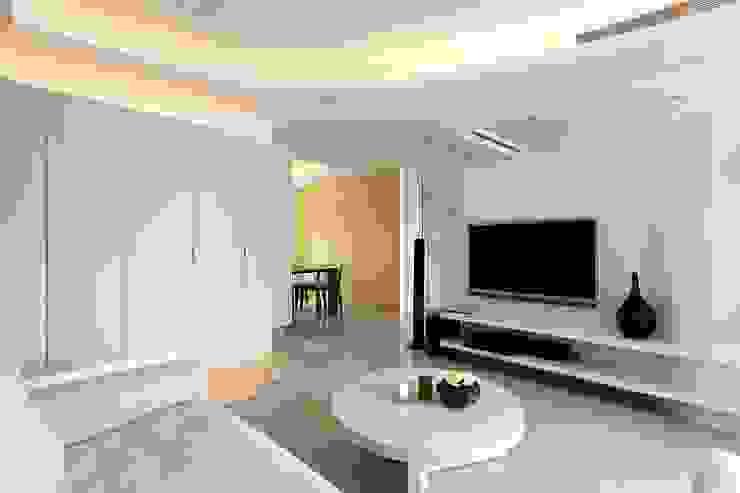 用色彩說故事:一個人的豪宅新生活 现代客厅設計點子、靈感 & 圖片 根據 禾光室內裝修設計 ─ Her Guang Design 現代風