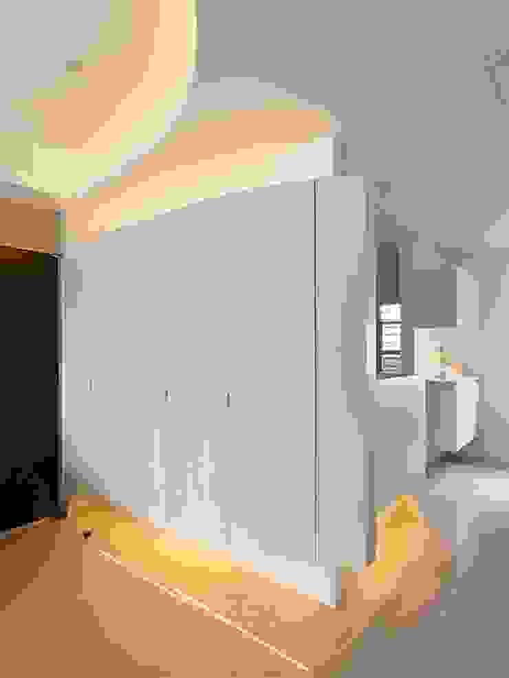 用色彩說故事:一個人的豪宅新生活 現代風玄關、走廊與階梯 根據 禾光室內裝修設計 ─ Her Guang Design 現代風