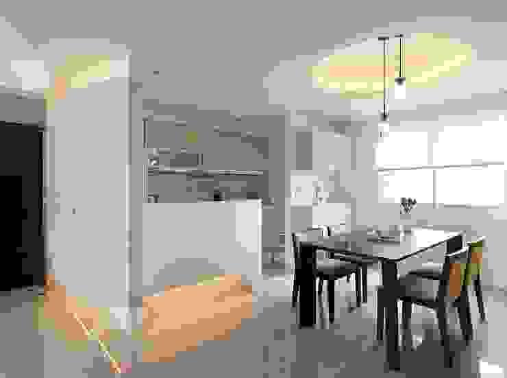 用色彩說故事:一個人的豪宅新生活 現代廚房設計點子、靈感&圖片 根據 禾光室內裝修設計 ─ Her Guang Design 現代風