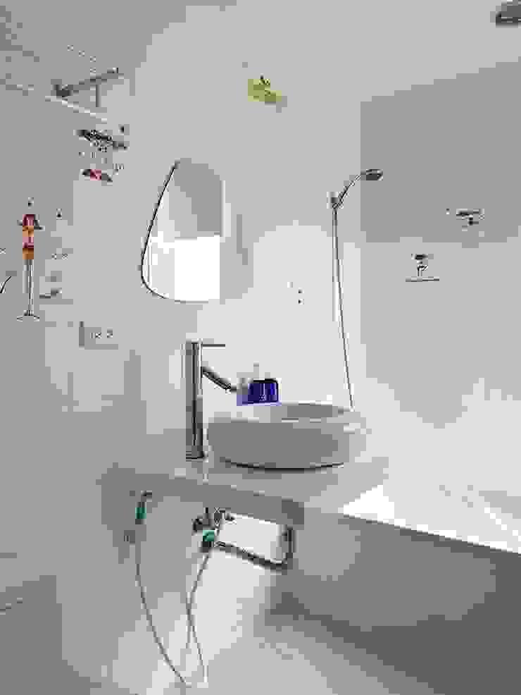 用色彩說故事:一個人的豪宅新生活 現代浴室設計點子、靈感&圖片 根據 禾光室內裝修設計 ─ Her Guang Design 現代風