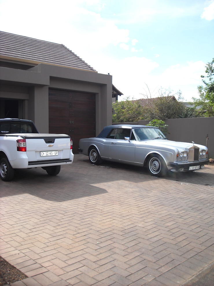Driveway of Facade of house Eclectic style houses by CKW Lifestyle Associates PTY Ltd Eclectic