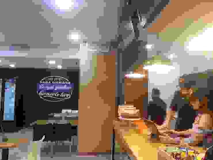Vista lateral de la barra y área de mesas MARATEA estudio Restaurantes