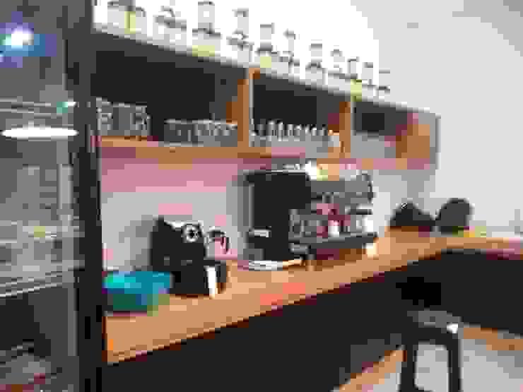 Vista interna del área de trabajo. Barra MARATEA estudio Restaurantes Madera