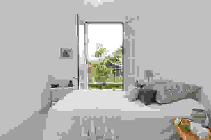 """Home staging di bilocale in vendita """"I Giardini di Casbeno"""" Varese Camera da letto moderna di Boite Maison Moderno"""