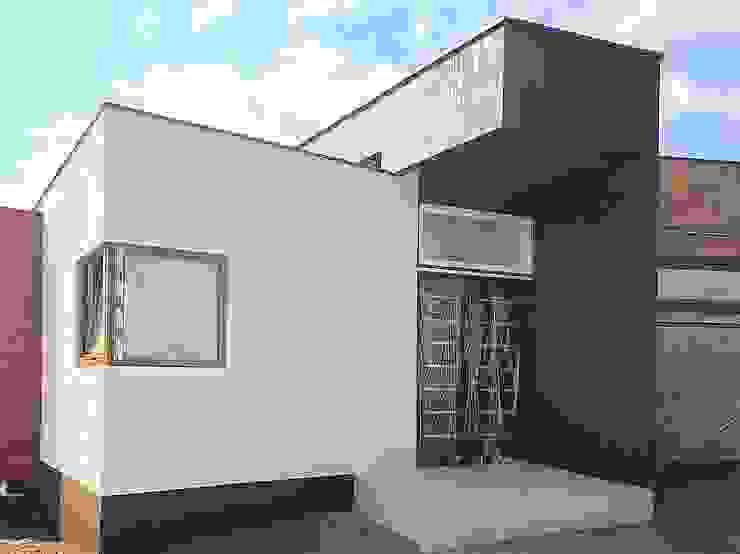 Acceso Vivienda Lt37 125m2 Fundo Loreto. La Serena. Casas estilo moderno: ideas, arquitectura e imágenes de Territorio Arquitectura y Construccion - La Serena Moderno Madera maciza Multicolor