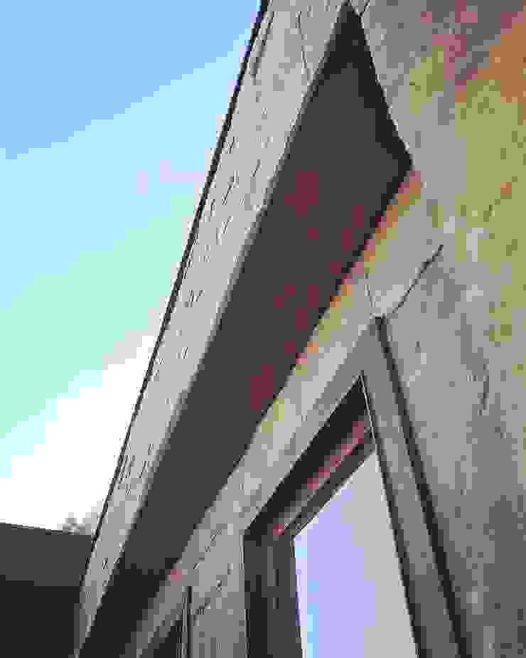 Fachada de piedra reconstituida térmica. Vivienda Lt37 Premium 115m2 Fundo Loreto. de Territorio Arquitectura y Construccion - La Serena Mediterráneo Piedra