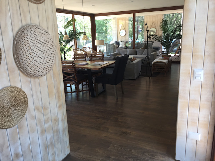 piso laminado hidro repelente instalado en living comedor de casa modular Comedores de estilo mediterráneo de Constructora Las Américas S.A. Mediterráneo