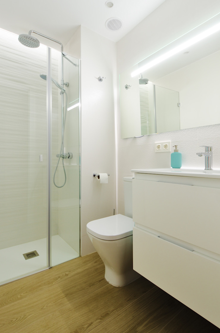 Un mini baño reformado Baños de estilo moderno de Noelia Villalba Moderno