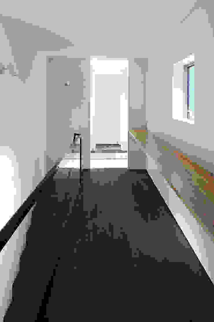 *studio LOOP 建築設計事務所 Modern Corridor, Hallway and Staircase