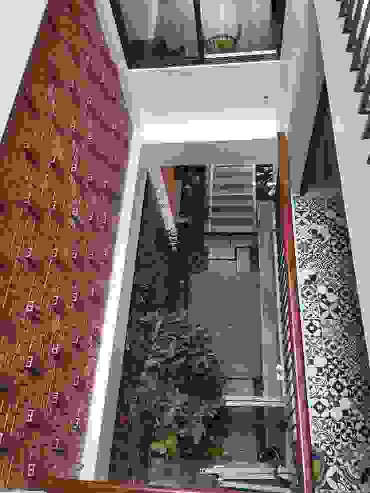 Các khoảng thông tầng, giếng trời đảm bảo cho cây cối phát triển thuận lợi. Cửa sổ & cửa ra vào phong cách châu Á bởi Công ty TNHH TK XD Song Phát Châu Á Đồng / Đồng / Đồng thau