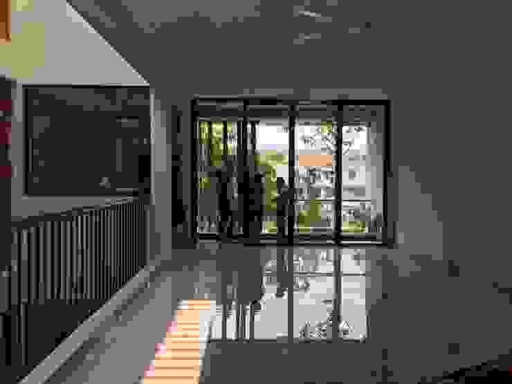 Các ô thông tầng, cửa sổ kính và giếng trời được KTS khéo léo thêm vào. Phòng học/văn phòng phong cách châu Á bởi Công ty TNHH TK XD Song Phát Châu Á Đồng / Đồng / Đồng thau