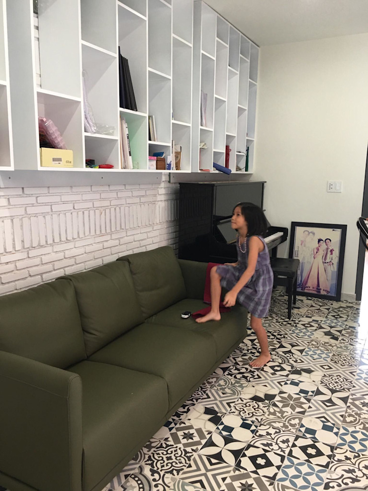 Các vật dụng trang trí đơn giản được thêm vào không gian sinh hoạt chung của gia đình. Phòng khách phong cách châu Á bởi Công ty TNHH TK XD Song Phát Châu Á Đồng / Đồng / Đồng thau