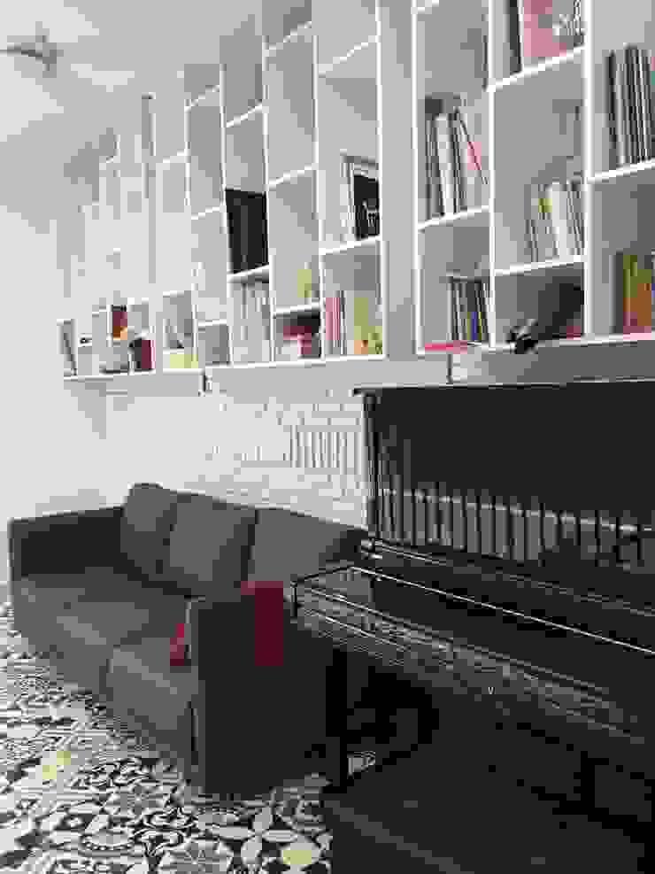 Toàn bộ tường đều là gạch xây thô được cách điệu tạo điểm nhấn độc đáo cho ngôi nhà. Phòng khách phong cách châu Á bởi Công ty TNHH TK XD Song Phát Châu Á Đồng / Đồng / Đồng thau