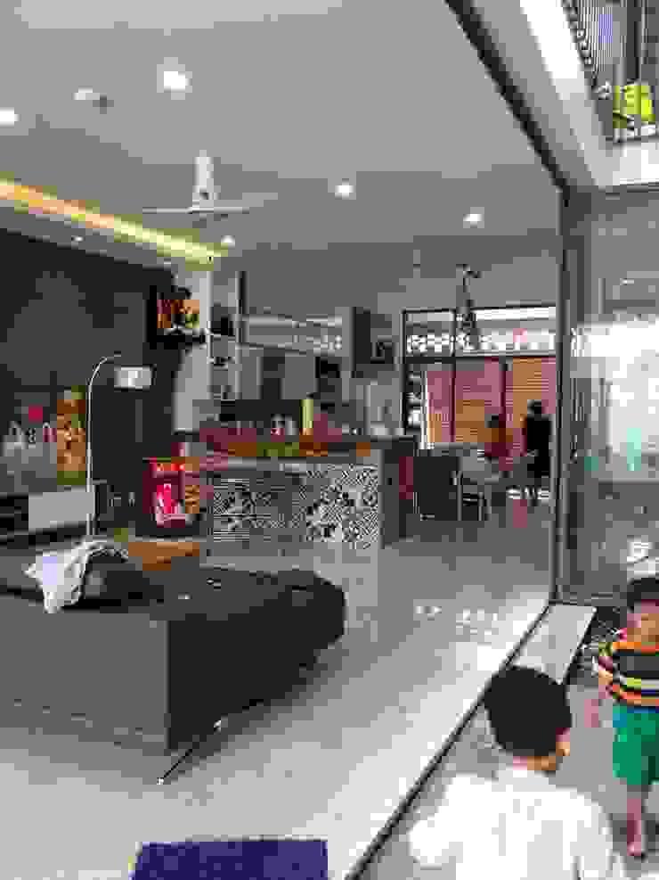 Không gian thông thoáng cùng nội thất trang nhã. Phòng khách phong cách châu Á bởi Công ty TNHH TK XD Song Phát Châu Á Đồng / Đồng / Đồng thau