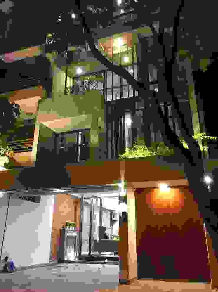 Mặt tiền ngôi nhà nổi bật hơn vào ban đêm với hệ thống đèn chiếu sáng hiện đại bởi Công ty TNHH TK XD Song Phát Châu Á Đồng / Đồng / Đồng thau