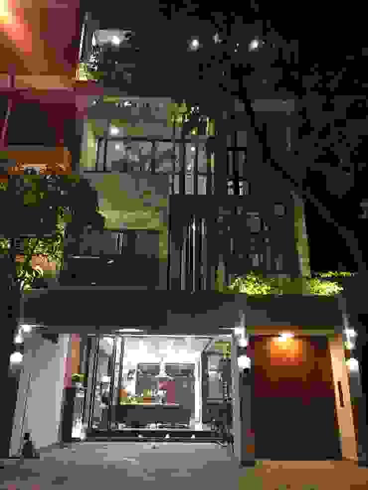 Bạn sẽ bị cuốn hút và thuyết phục bởi vẻ đẹp lung linh của ngôi nhà này bởi Công ty TNHH TK XD Song Phát Châu Á Đồng / Đồng / Đồng thau