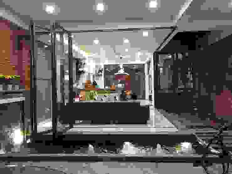 Không gian mở thông thoáng với nội thất trang nhã, cùng cách bố trí khá ấn tượng. Phòng khách phong cách châu Á bởi Công ty TNHH TK XD Song Phát Châu Á Đồng / Đồng / Đồng thau