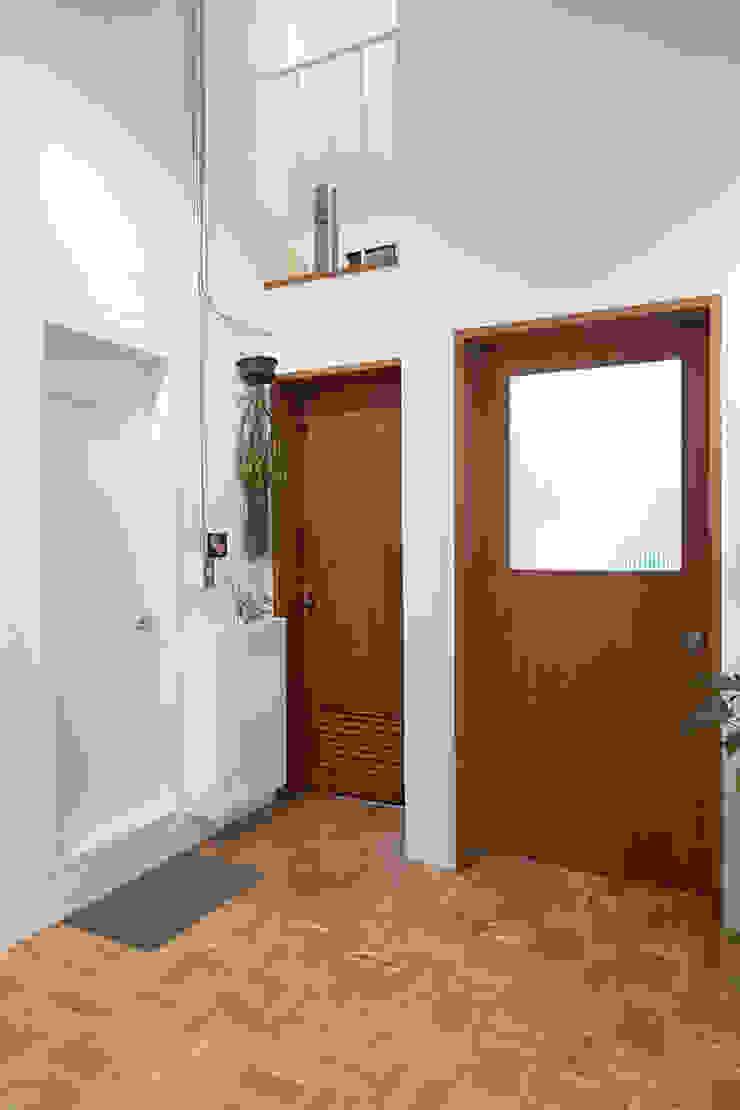 미우가 디자인 스튜디오 Puertas de estilo rústico