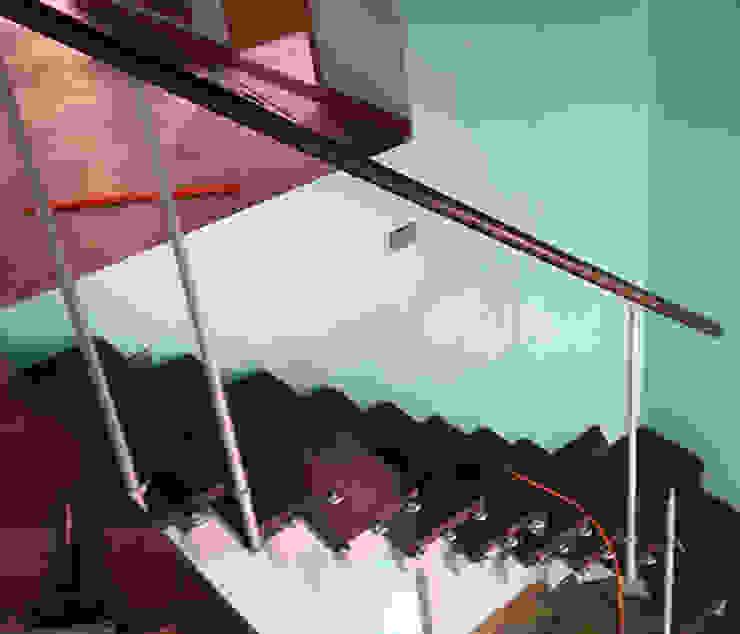 Proceso de instalación escalera modular de contrahuella regulable de Constructora Las Américas S.A. Moderno