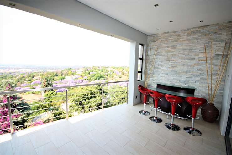 Patio next to the DVD room Modern balcony, veranda & terrace by Nuclei Lifestyle Design Modern