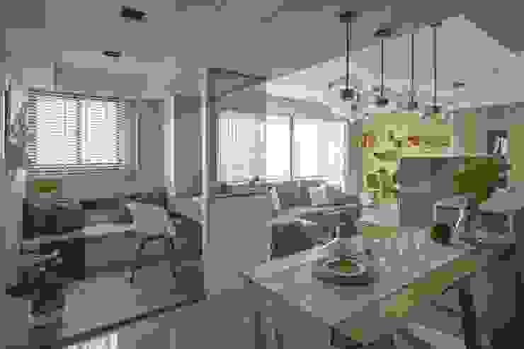 Scandinavian style dining room by 辰林設計 Scandinavian
