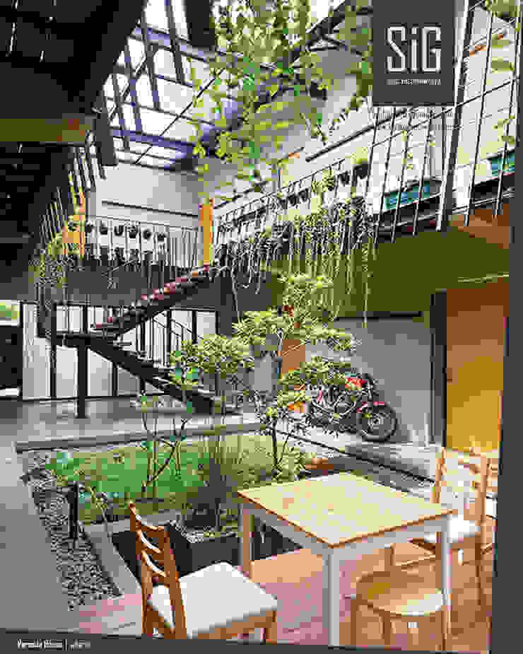 Rumah Beranda – Green Boarding House Balkon, Beranda & Teras Tropis Oleh sigit.kusumawijaya | architect & urbandesigner Tropis Kayu Wood effect