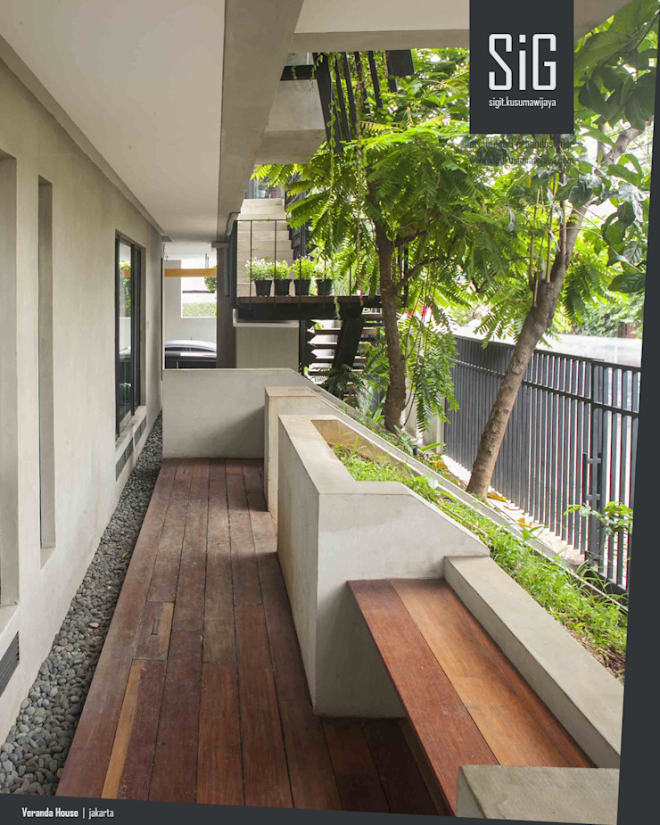 Rumah Beranda – Green Boarding House Koridor & Tangga Tropis Oleh sigit.kusumawijaya | architect & urbandesigner Tropis Kayu Wood effect