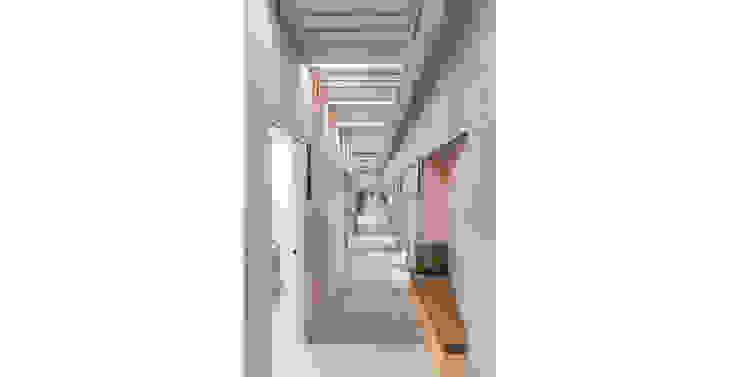 homify Pasillos, vestíbulos y escaleras de estilo moderno Azulejos Rosa