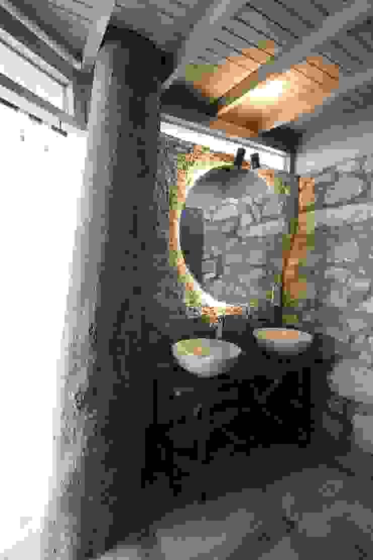 Open Air Bar Phòng tắm phong cách nhiệt đới bởi Orkun İndere Interiors Nhiệt đới