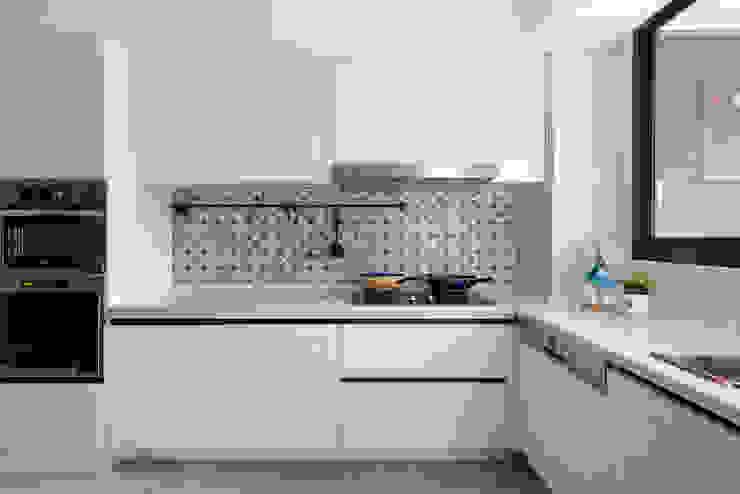 Nhà bếp phong cách đồng quê bởi 知域設計 Đồng quê