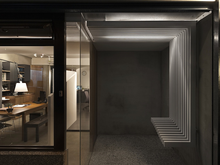 寓生活於工作中 現代風玄關、走廊與階梯 根據 禾光室內裝修設計 ─ Her Guang Design 現代風