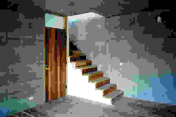 大磯 傾斜地の家 ミナトデザイン1級建築士事務所 階段 無垢材 白色