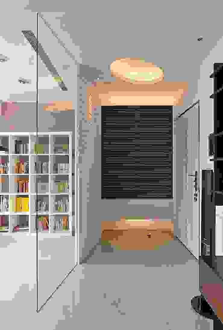 時光交錯的雅士淺居 現代風玄關、走廊與階梯 根據 禾光室內裝修設計 ─ Her Guang Design 現代風